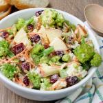 ensalada-brocoli-zanahoria-manzana-salsa-yogur